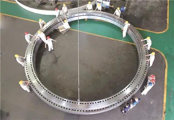 LYC制造国内最大转盘轴承。